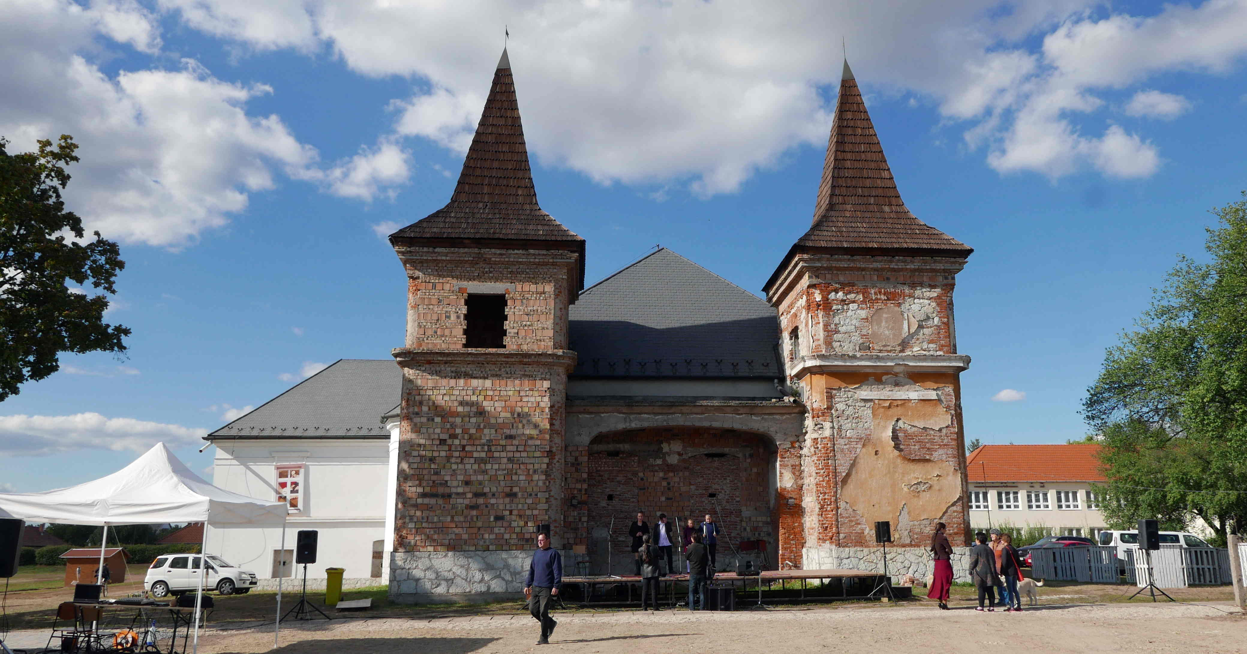 A jobb sorsra érdemes kastély előtt állították fel a színpadot